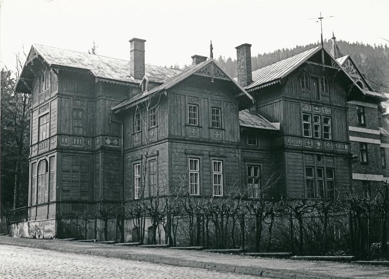 """Drewniany budynek """"Księżówki"""" (dawna """"Adasiówka""""). Fot. Zbigniew Moździerz, 1985"""