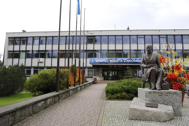 [19]Fragment pomnika dra Andrzeja Chramca przed Urzędem Miasta. Fot. D. Moździerz, 2013